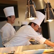 【夕食ブッフェ】お客様との会話も楽しみのひとつ。料理について気軽にお聞きください。