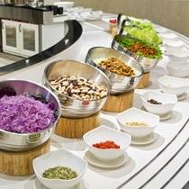 【夕食ブッフェ】健康にも美容にも良い地場産野菜。トッピングも、お好みで。