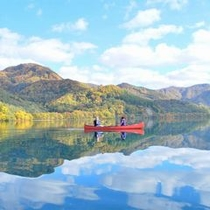 【秋】色とりどりの紅葉、そして秋晴れの空。湖面に映るとより鮮やかに浮かび上がる。