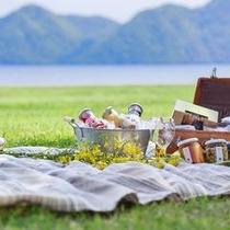 【夏】澄んだ空気が心地いい洞爺湖のほとり。晴れた日にはピクニックを楽しむのも夏の醍醐味。