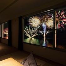 【倶楽部基本和洋室】お部屋の窓いっぱいに広がる花火。※花火大会は10/31迄!