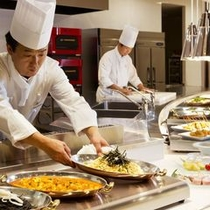【夕食ブッフェ】料理人からのお声掛けも、当館の自慢の一つ。