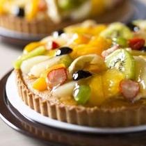 【夕食ビュッフェ】当館一押し!新鮮なフルーツをたっぷりと使ったフルーツタルトです。