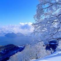 【冬】幻想的に広がる白と青の世界。洞爺湖中央にある無人島も厳しい冬を迎える。