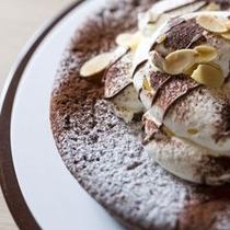 【夕食ビュッフェ】チョコレートケーキ「噴火ショコラ」。女性に大人気です。