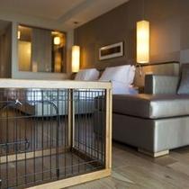 【ペットルーム】わんちゃんの泊まれるお部屋、ケージも犬種に合わせて3サイズご用意しております。