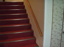 1F〜2F階段:18段の階段にですが年配の方やお子様へ手すりと滑り止めを施しています