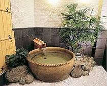 露天風呂・昼 信楽焼の陶器はなめらかな湯とよくマッチします