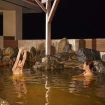 龍神お湯 岩風呂夜の様子2