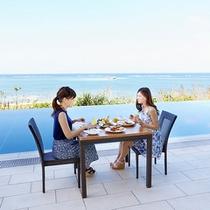 プールサイドでの朝食風景3