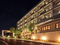 ホテル外観:夜入口側から