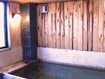 木の香漂う人気の桧風呂