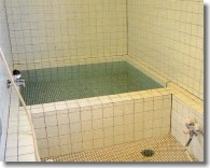 良質な温泉が、一日の疲れをいやしてくれる。ゆっくり・のんびり・ヘルシ-に。