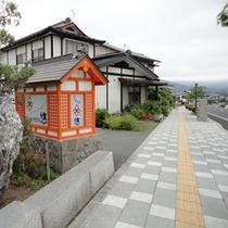 *看板/平泉駅から続く県道31号線沿いにございます。