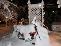 雪で埋まったパリダカ(オートバイ)