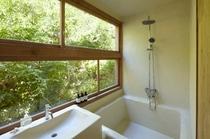 木漏れ日のバスルーム
