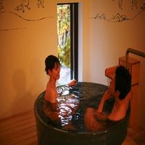 白壁に鳥獣戯画が描かれた【うさぎのダンス】のお風呂