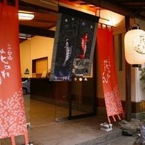 別館「花のれん」の玄関。昭和の香りを残してリノベーション。