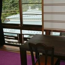 3階の和ダイニング「星のランプ」のカウンターからは、外湯「まんだら湯」が眼下に望めます。