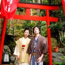 稲荷神社男女前景
