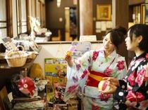 駄菓子詰めは、館内カフェにて。