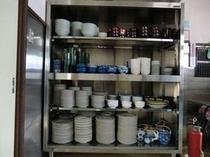 本館厨房内の100人分の食器類