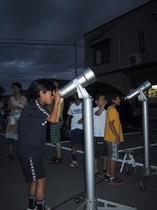 星空観察する子供達のワンシーン