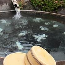 貸切露天風呂 風呂桶は大鍋 鉱山で鉱石を溶かしていたとか (7)
