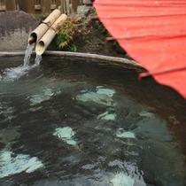 貸切露天風呂 風呂桶は大鍋 鉱山で鉱石を溶かしていたとか (5)