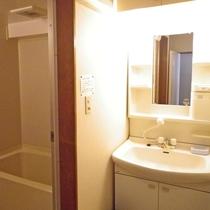 *お部屋同様広めの洗面台・お風呂は隣のブースです。
