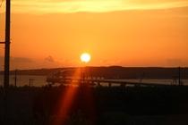 テラスから見える伊良部島と夕日