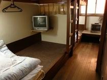 相部屋「7人室」(下段=床)横