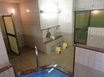 大浴場の立ちシャワーブース