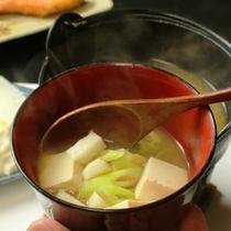 朝食_おひとり用の小鍋味噌汁