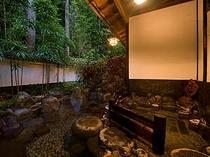 館内の露天風呂。男女各1つづつございます。自慢の温泉は源泉100%かけ流し!
