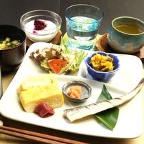【朝食】一例 一日の始まりは、栄養いっぱい赤米&黒米の炊立てご飯でスタート!