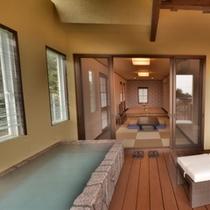 お部屋「つばき」の露天風呂から見た室内