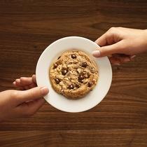 ホテル特製のあたたかいチョコチップクッキー