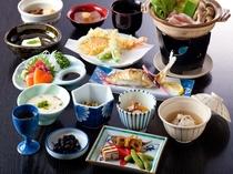 夕食(基本会席)当館基本料理会席御膳。素材の味を活かした品々が並びます