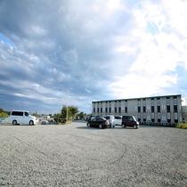 広々とした駐車場! 178台も駐車可!
