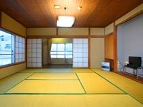 和室でトイレ・洗面付きの明るい角部屋です。