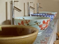【大浴場】洗面台は趣の異なる陶器のボウルが勢ぞろい。