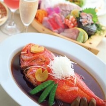 下田港で揚がった金目鯛はお2人に1匹丸ごとご用意♪ふわふわの食感と金目鯛本来の甘みを楽しんで下さい。