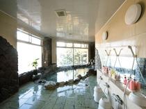 【大浴場】それぞれシャワーは4台だけ。大きなお風呂ではありませんが良ければご利用くださいね♪