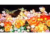 今年の目玉は、圧倒的な迫力で異国情緒溢れる鳥や蝶が舞う『ランタン花畑』♪
