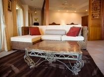 【スイート】リビングにはふわふわラグと、ウォーターヒヤシンスの大きなソファー!