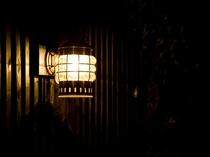【外観】駐車場から正面玄関まで、マリンランプが足元を照らします。