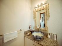 【スイート】陶器と大理石の洗面台。化粧水・乳液・クレンジングも置いてあります。