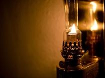 【マリンランプ】職人技が光る美しいフォルムのランプ。フロントでは実際に火を焚いて皆様をお迎えします。