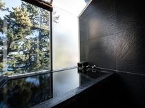 【ツイン】部屋風呂も黒御影石造りの源泉かけ流し!国が保護する樹齢200年の松にはリスたちが遊びに♪